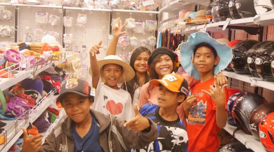 Die Kids beim Shoppen
